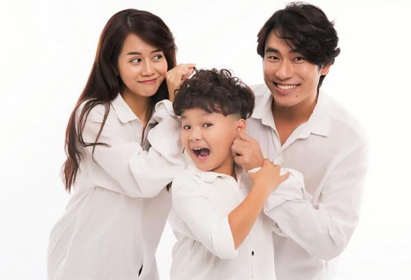 Bé Hữu Khang cùng nam nữ chính An Nguy - Kiều Minh Tuấn trong phim.