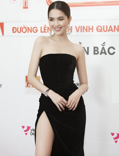 Tối 29/11, Ngọc Trinh bay ra Hà Nội tham dự sự kiện Trips to the top 2019 do công ty cô làm CEO tổ chức. Với vai trò là nhân vật chính của đêm tiệc, Ngọc Trinh nổi bật với chiếc váy đen cúp ngực, xẻ tà cao.