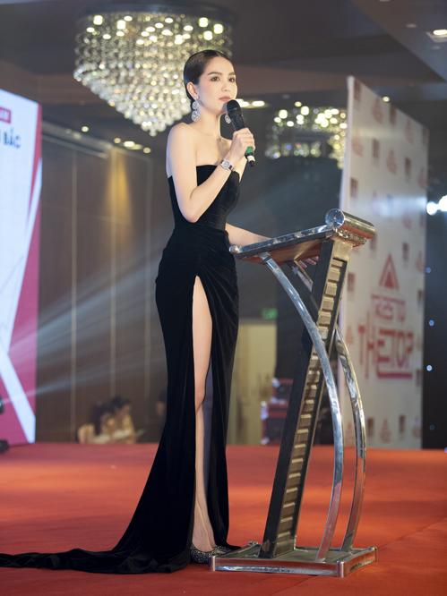 Trong sự kiện, Ngọc Trinh tự tin lên phát biểu giữa hàng trăm khách mời.