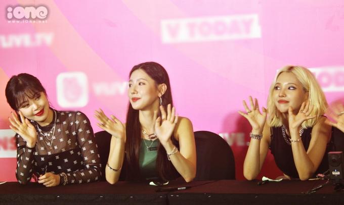 <p> Girlgroup nhà Cube thể hiện thái độ thân thiện, luôn mỉm cười vẫy tay chào người hâm mộ. <em>Ảnh: Habi Jung.</em></p>
