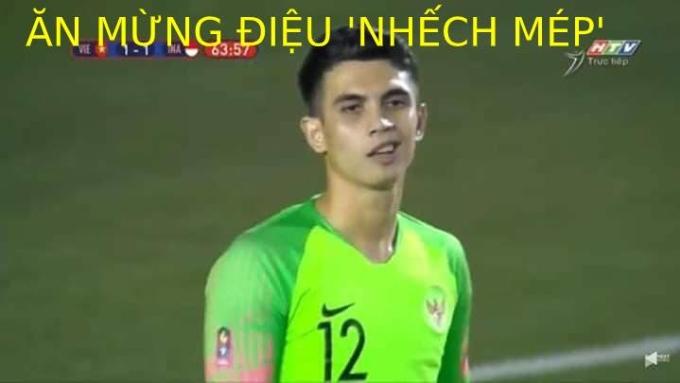 <p> Điệu bộ ăn mừng nhếch mép này của thủ môn tuyển Indonesia chắc sẽ phải thay thế bằng biểu cảm khác sau khi phải vào lưới nhặt bóng đến hai lần.</p>