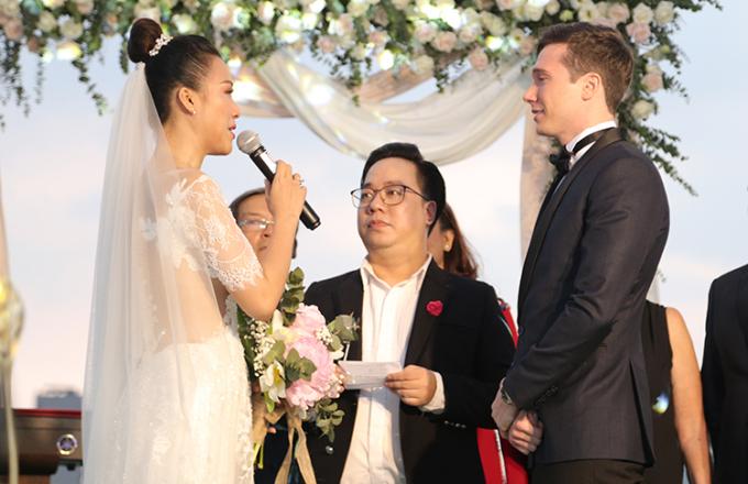 Hoàng Oanh xúc độngnói lời cảm ơnJack trước mọi người trong hôn lễ.