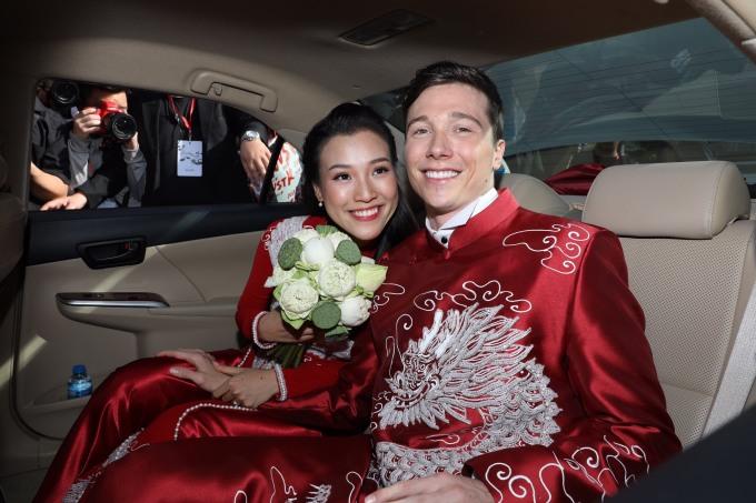 <p> Hoàng Oanh sẽ có tiệc cưới với sự chung vui của bạn bè, đồng nghiệp vào tối cùng ngày tại một nhà hàng ngoài trời ở TP HCM.</p>