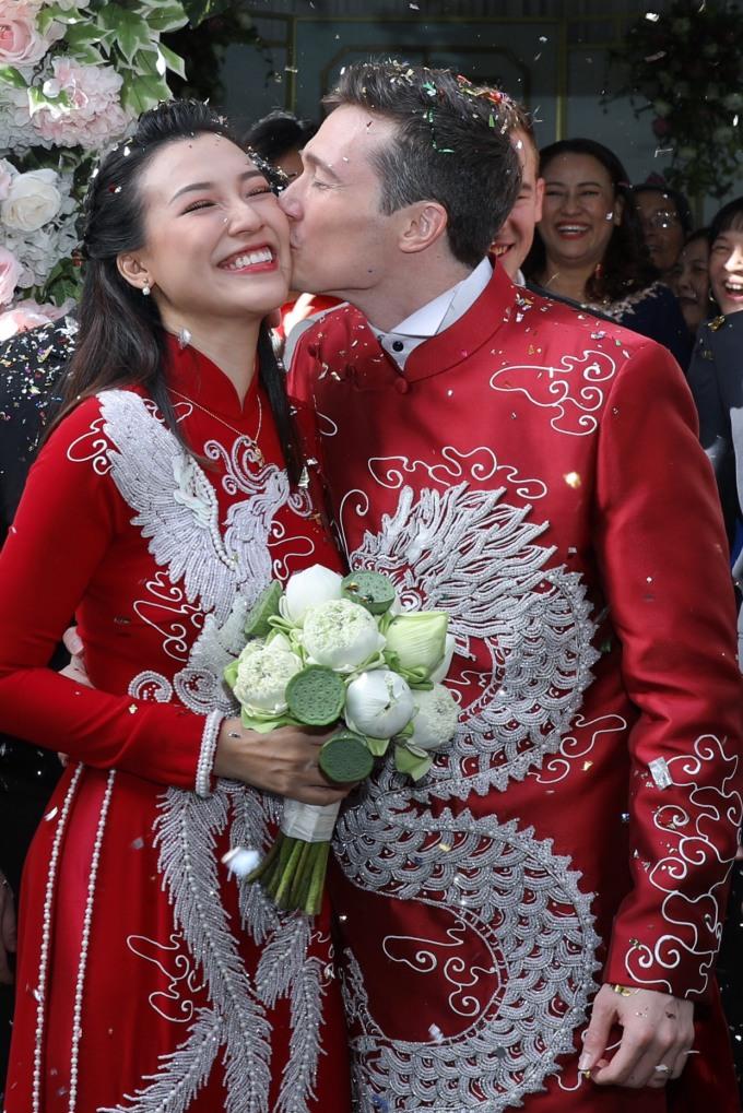 <p> Hoàng Oanh cười hạnh phúc khi chồng dành nụ hôn trước sự reo hò của nhiều người. Anh hứa trước nhiều nguời rằng sẽ yêu thương và chăm sóc vợ đến hết đời.</p>