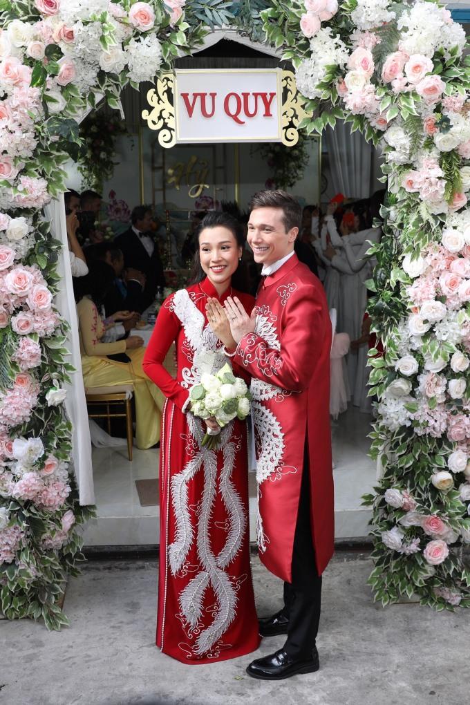 <p> Cả hai chụp ảnh khoe nhẫn cưới. Hoàng Oanh - Jack nên duyên vợ chồng sau hơn một năm tìm hiểu và chịu thử thách yêu xa.</p>
