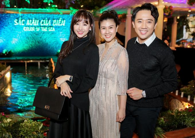 <p> Vợ chồng Trấn Thành - Hari Won sánh đôi đến chúc mừng người chị thân thiết.</p>
