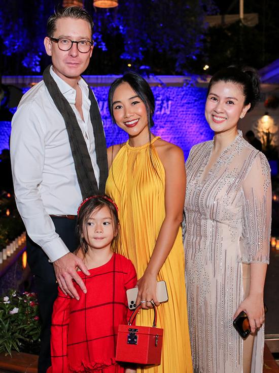 <p> Gia đình Đoan Trang dự sự kiện.</p>