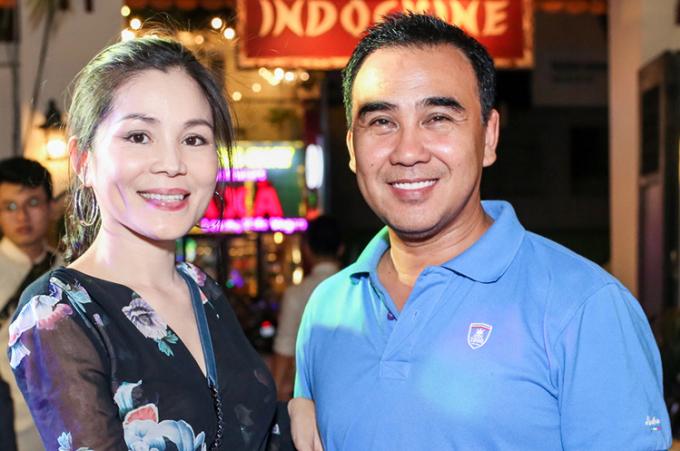 <p> Là một trong những người bạn thân thiết lâu năm, Quyền Linh tranh thủ cùng vợ đến chúc mừng Kim Thư.</p>