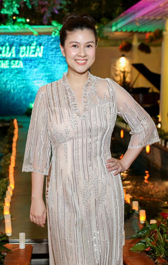 """<p> Diễn viên Kim Thư tổ chức bữa tiệc mang chủ đề """"Sắc màu của biển"""" khi khai trương nhà hàng ẩm thực mới ở TP HCM, tối 30/11. Nhiều bạn bè, em út, đồng nghiệp đã đến chúc mừng nữ diễn viên. Vắng bóng ở showbiz khá lâu, đặc biệt là sau cuộc hôn nhân với Phước Sang đổ vỡ, Kim Thư khá lặng tiếng trong nghề. Từng là nữ diễn viên quen mặt trên màn bạc nên sự trở lại với vai trò đầu bếp của Kim Thư được nhiều người ủng hộ.</p>"""