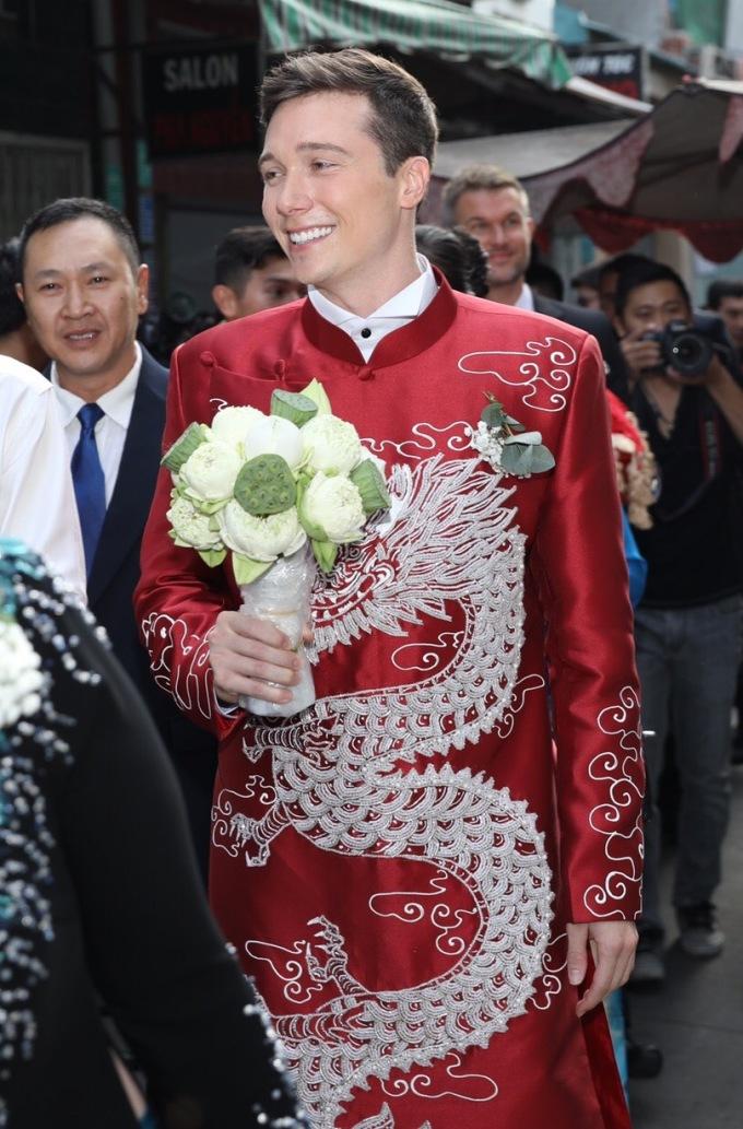 <p> Jack tay cầm hoa sen - loài hoa Hoàng Oanh yêu thích. Anh chia sẻ cảm xúc thích thú khi được làm đám cưới theo kiểu truyền thống của người Việt.</p>