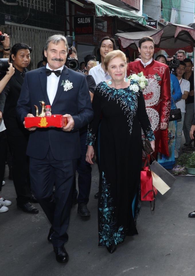 <p> 7h30 sáng, gia đình chú rể có mặt tại nhà Hoàng Oanh để chuẩn bị rước dâu. Mẹ chú rể và Jack đều mặc áo dài, làm lễ đón dâu theo phong tục Việt Nam.</p>