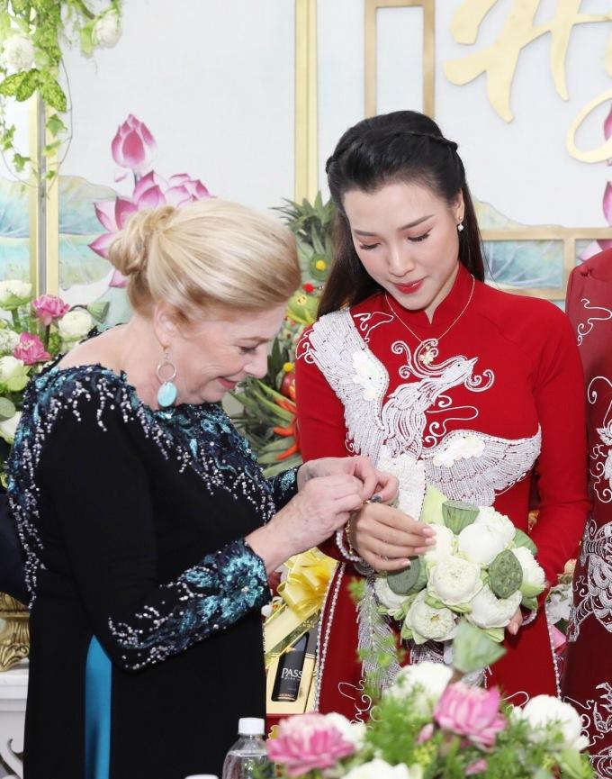 <p> Hoàng Oanh được mẹ chồng trao quà khi làm lễ.</p>