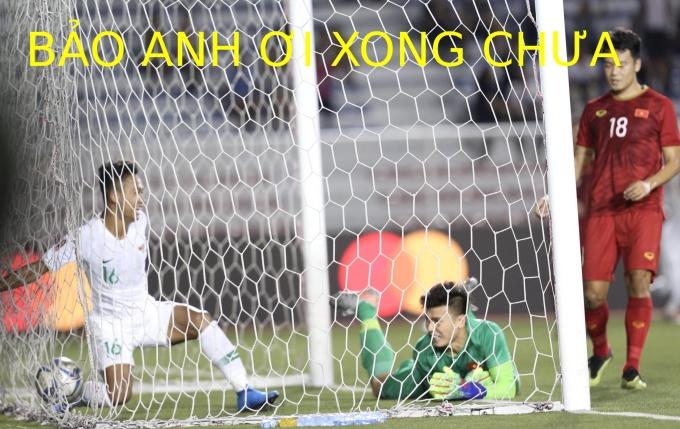 """<p> 19h ngày 1/12, Việt Nam gặp Indonesia tại lượt thứ ba môn bóng đá nam SEA Games 30. Cả hai đội đều toàn thắng ở bảng B sau cả 2 lượt trận trước đó bởi vậy thế trận của cuộc đua được ví """"căng như dây đàn"""". Ở phút 23, thủ thành Bùi Tiến Dũng đã có một sai lầm khiến U22 Việt Nam nhận bàn thua. Điều này khiến CĐV nước nhà đứng ngồi không yên, anh cũng trở thành đề tài chế ảnh với câu thoại quen thuộc với ca sĩ Bảo Anh khi hai người đóng chung một quảng cáo.</p>"""