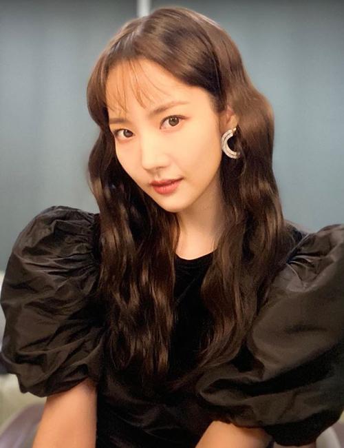 Park Min Young từng đôi lần thử nghiệm cắt tóc mái. Phần mái mỏng lưa thưa giúp nữ diễn viên trẻ trung hơn nhiều so với tuổi. Tuy nhiên cô lại không tônlên được nét ngọt ngào, kiêu sa thường lệ.