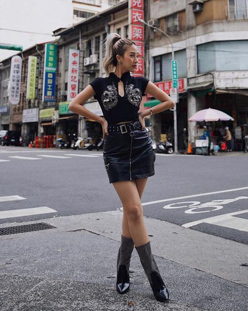 Nhân dịp sang Đài Loan dự Asia Fashion Awards, Quỳnh Anh Shyn khoe street style trên phố. Cô nàng tinh tế khi diện bộ đồ kết hợp giữa truyền thống và hiện đại, đậm chất Á Đông.