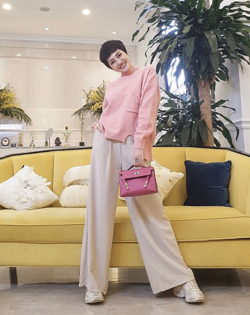 Ra Hà Nội ngày lạnh, Bảo Anh xúng xính áo len, quần suông tông hồng đáng yêu.