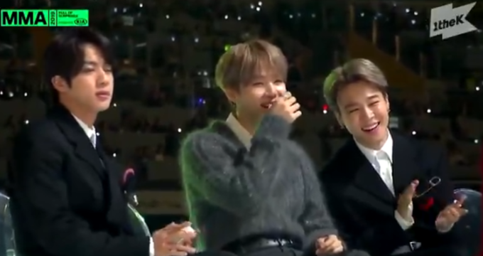 Jinngậm miệng trong tích tắc còn Suga và Ji Min vẫn cười thoải mái.