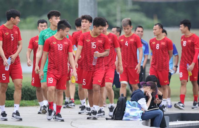 """<p> HLV Park cùng các học trò có mặt trên sân Circuit Makati Blue Pitch (Manila). Sau<a href=""""https://ione.vnexpress.net/tin-tuc/nhip-song/bao-chau-a-viet-nam-khien-hang-trieu-trai-tim-indonesia-tan-vo-4020590.html"""" rel=""""nofollow"""">trận thắng Indonesia</a>hôm 1/12, các cầu thủ có bài tập nhẹ.U22 Việt Nam đi dạo xung quanh sân để thả lỏng trước.</p>"""