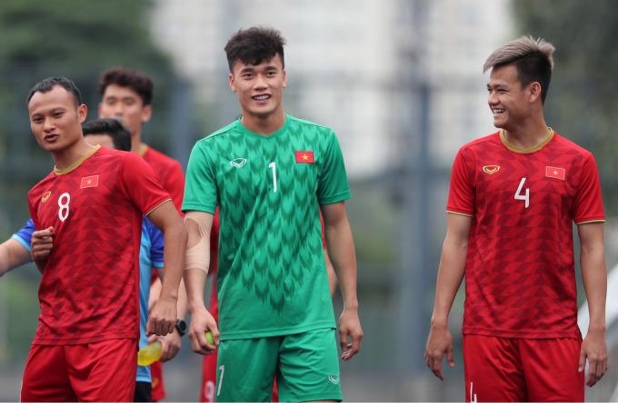"""<p> Ở trận đấu với Indonesia, Bùi Tiến Dũng<a href=""""https://ione.vnexpress.net/tin-tuc/video/sai-lam-cua-bui-tien-dung-khien-u22-viet-nam-nhan-ban-thua-4020606.html"""" rel=""""nofollow""""> mắc sai lầm</a>, nhảy lên bắt không dính bóng khiến đối phương đánh đầu mở tỷ số 1-0 ở hiệp một. Tình huống khiến anh nhận về phản ứng trái chiều, trong đó có cả những lời chỉ trích của CĐV quá khích. Tuy nhiên, nhiều CĐV khác và các cầu thủ nhanh chóng động viên thủ môn người Thanh Hóa.</p>"""