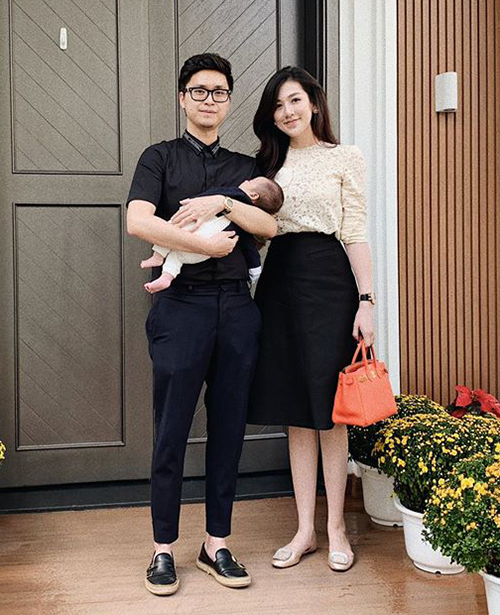 Á hậu Tú Anh sinh con trai đầu lòng vào tháng 12/2018 sau 6 tháng kết hôn. Một tháng sau sinh, cô khoe ảnh cùng ông xã và con trai dạo phố. Á hậu diện áo ren kết hợp cùng chân váy chữ A cạp cao, khoe vẻ đẹp thanh lịch.