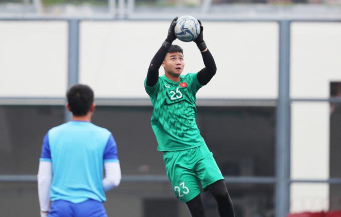 <p> Ông Park cũng chỉ đạo trợ lý Nguyễn Thế Anh cho các thủ môn luyện kỹ các bài bắt bóng bổng.</p>