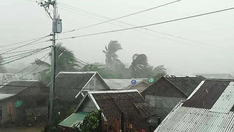 Bão gây ra mưa lớn và gió mạnh ở Philippines. Ảnh: AFP.