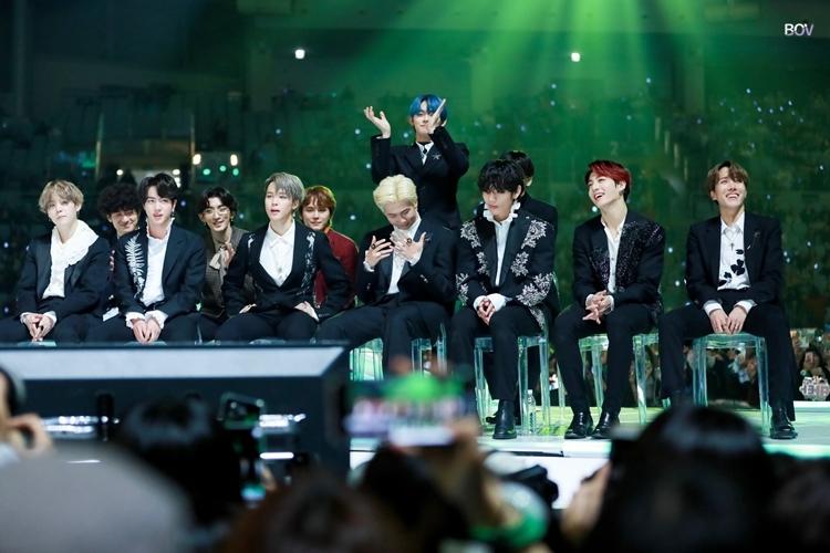 Trong lúc BTS đứng hình khivừa nhận giải Daesang thì Yeon Jun (TXT) đã đứng lên vỗ tay.