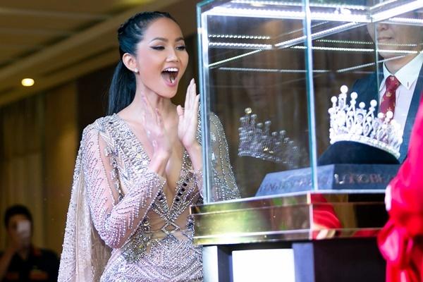 HHen Niê cùng ban tổ chức công bố vương miện cho hoa hậu năm nay. Vương miện được làm bằng vàng, đính 78 viên ngọc trai, 1371 viên đá quý trắng và 845 viên đá quý tím.Giá trị vương miện không được tiết lộ. Theo quy định, vương miện này cũng sẽ luân lưu.