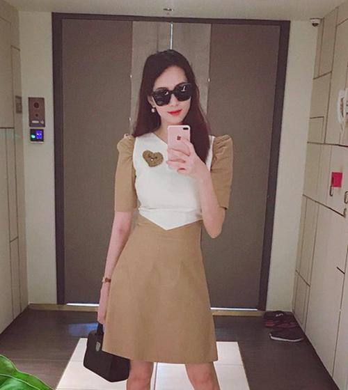 Sau một tháng sinh em bé, Thu Thảo đăng ảnh tái xuất trên mạng xã hội. Cô diện váy size S, bó sát vòng eo. Khi mang bầu, hoa hậu từng tăng 16 kg, tuy nhiên ngay sau sinh đã giảm 13 kg nhanh chóng.
