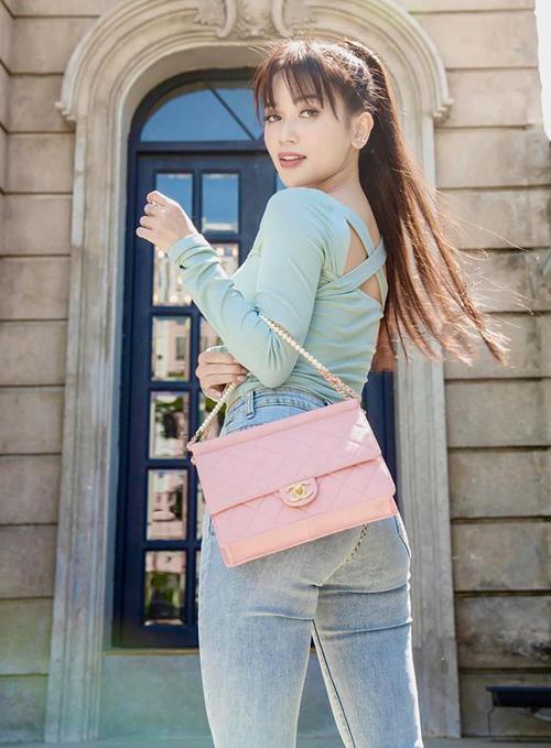 Sĩ Thanh khoe chiếc túi xách Chanel hơn 100 triệu đồng được bạn trai Huỳnh Phương mua tặng.