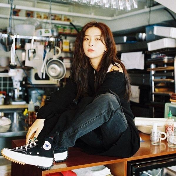 Seul Gi khoe thần thái ngút ngàn trong bộ ảnh quảng cáo.