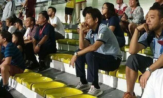 HLV Nishino nán lại trên sân theo dõi trận Việt Nam - Indonesia. Ảnh: Goal.