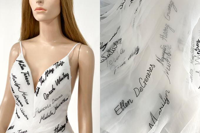 Tên những người phụ nữ đặc biệt truyền cảm hứng cho Thúy Vân được thêu trên váy, trong đó tên của mẹ cô được thêu ở gần trái tim.
