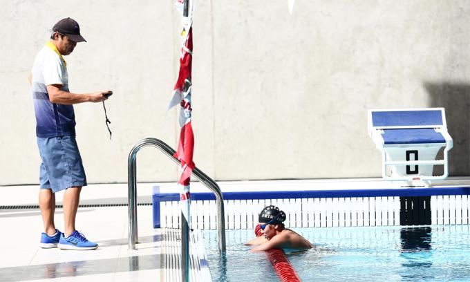 <p> HLV Đặng Anh Tuấn cho biết phong độ của học trò ổn định. Ánh Viên tập luyện dưới nước trung bình 5 tiếng mỗi ngày. Nữ VĐV cùng đội tuyển bơi Việt Nam sẽ bước vào tranh tài tại SEA Games 30 từ ngày 4/12. Sau 4 kỳ SEA Games (2011, 2013, 2015 và 2017), Ánh Viên hiện có 19 HC vàng ở các nội dung cá nhân và đồng đội.</p>