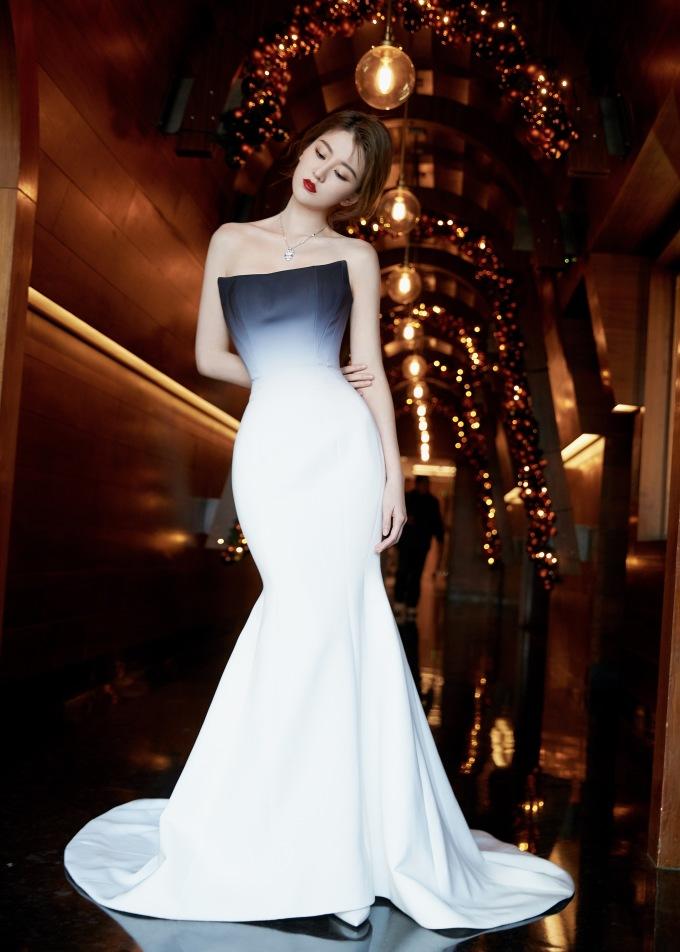 <p> Kiều Hân xuất hiện trên top tìm kiếm với kiểu váy tôn dáng đồng hồ cát.</p>