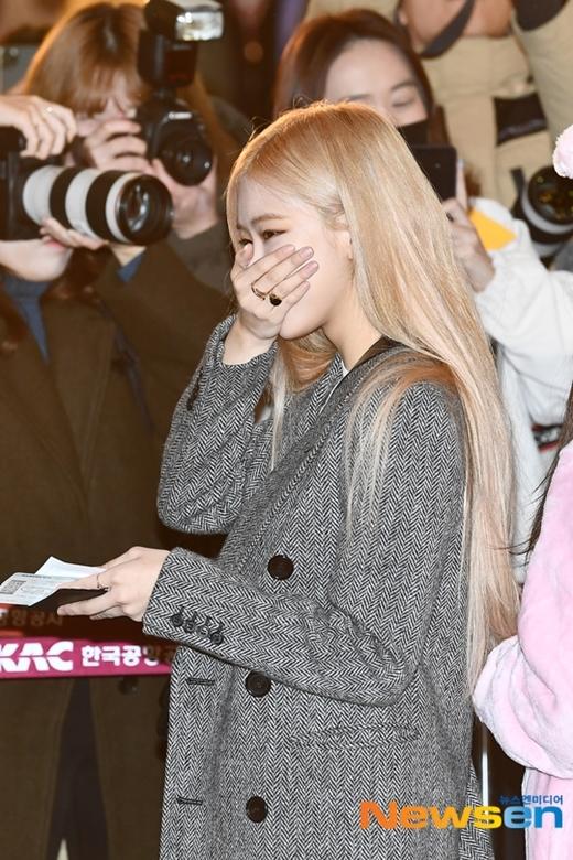 Cô nàng không nhịn được cười trước bộ dạng đáng yêu của Ji Soo và Lisa.