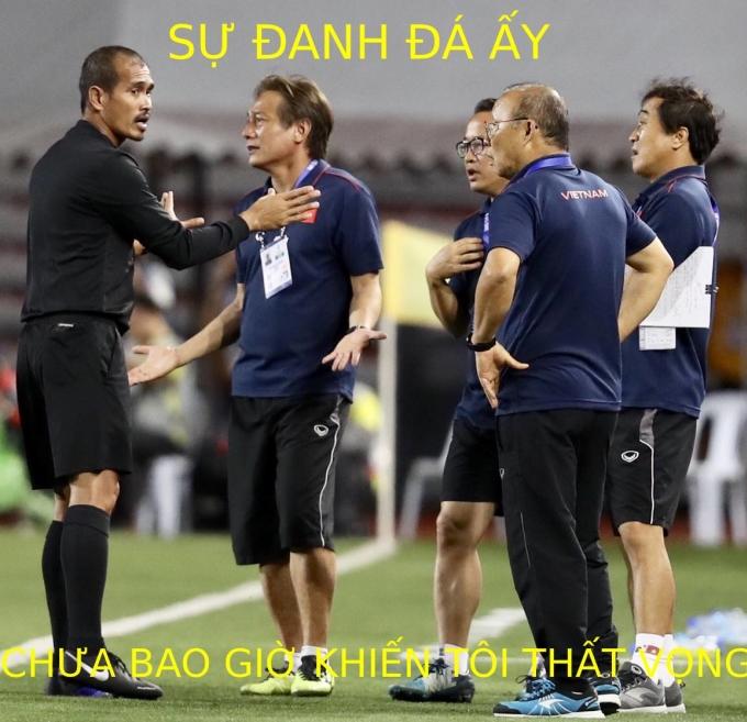 <p> Ban huấn luyện Việt Nam phản ứng với trọng tài bàn.</p>