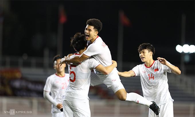 Đức Chinh tỏa sáng đưa Việt Nam thắng Singapore tối thiểu - 2