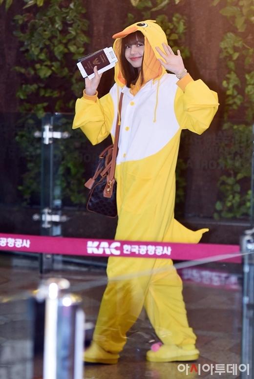 BTS, Black Pink khoe style sân bay trên đường sang Nhật Bản - 4