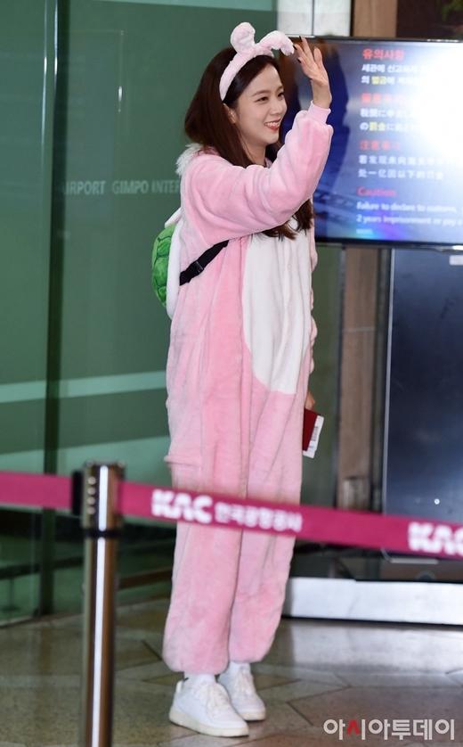 BTS, Black Pink khoe style sân bay trên đường sang Nhật Bản - 1