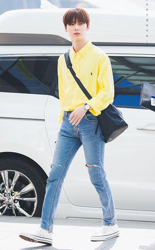 Hwang Min Hyun (NU'EST)  đúng chuẩn nam thần khi diện sơ mi. Anh chàng thường kết hợp sơ mi với quần jeans đơn giản cùng giày thể thao.