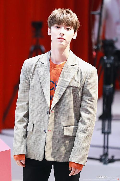 Dù diện những item đơn giản nhưng Min Hyun rất tinh tế trong việc mix màu những item với nhau, blazer kẻ kết hợp với áo len màu cam cùng quần đen tạo nên tổng thể hài hòa.