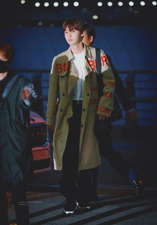 Với chiều cao chuẩn người mẫu, Min Hyun cũng rất chăm diện trench coat, chỉ cần kết hợp đơn giản với áo trắng cùng quần đen, anh chàng đã đầy thời thượng.