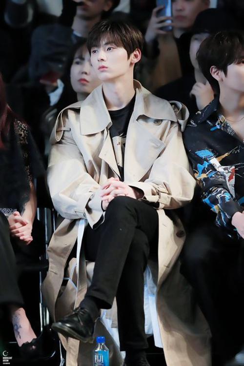 Xuất hiện tại sự kiện gần đây, Min Hyun nổi bật với khoảnh khắc diện trench coat  màu be truyền thống mix đơn giản với set đồ đen ở trong.