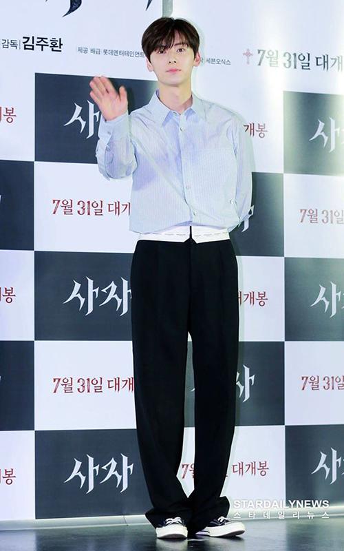 Cách mix đồ với những item quen thuộc nhưng với chiều cao nổi bật và body chuẩn, Min Hyun luôn làm cho set đồ của mình nổi bật hơn.