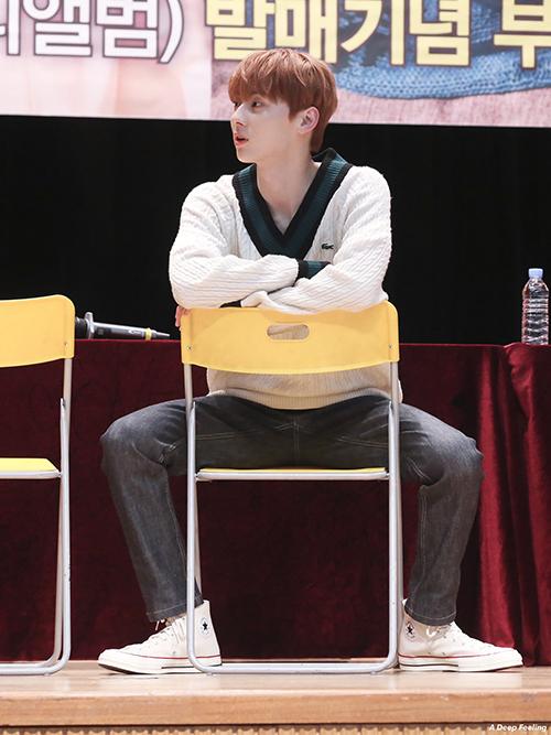 Những mẫu áo len cổ tim được Min Hyun lựa chọn mix cùng sơ mi bên trong. Cách kết hợp đơn giản ai nhìn vào cũng thích và dễ áp dụng cho bạn trai nhà mình