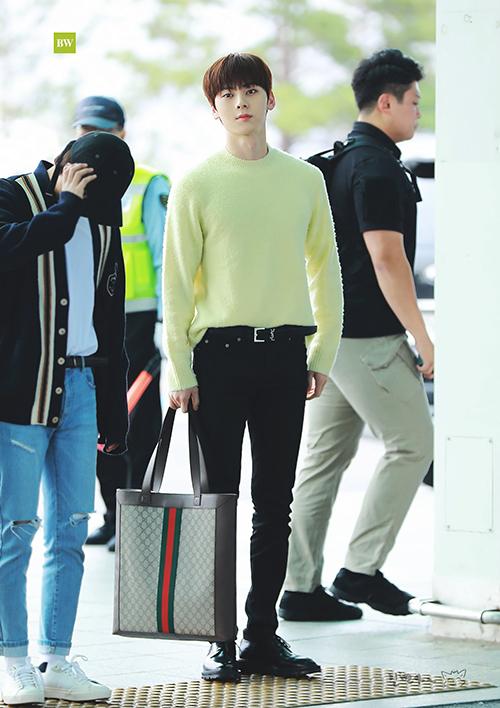 Là chàng trai ấm áp nên anh chàng cũng ưu tiên những mẫu áo len màu sáng, áo len vàng kết hợp gọn gàng với quần đen và giày cùng tông.