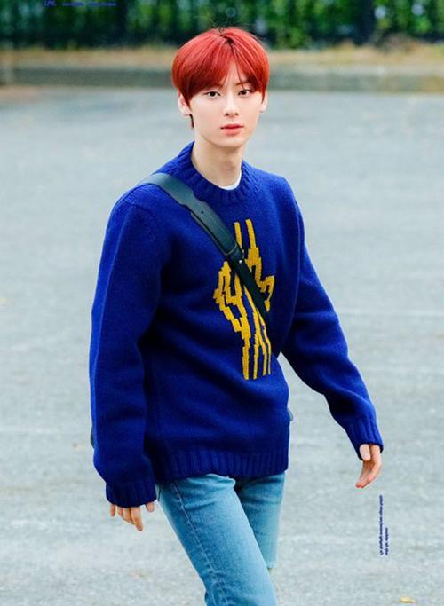 Áo len với những hoạt tiết đơn giản cũng được lòng Min Hyun, với mài tóc đỏ nổi bật, anh chàng đã làm dịu với outfit gồm áo len xanh và quần jeans.