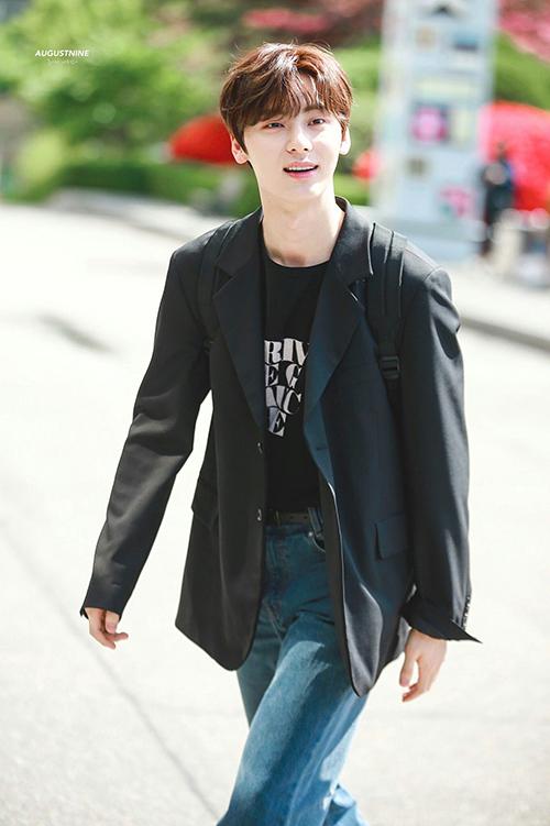 Trái ngược với cách chọn áo len hay sơ mi, Min Hyun lại ưu tiên những gam màu tối như xám, đen,...cho áo khoác blazer.