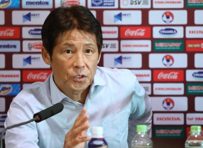 HLV Nishino tại họp báo sau trận đấu. Ảnh: Ngọc Thành.